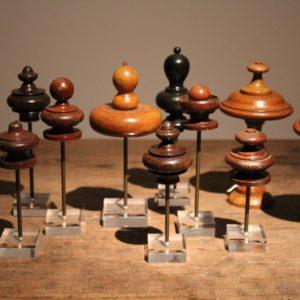 kollektie van houten finials